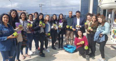 Öğrencilere Bayramiç elması dağıttılar