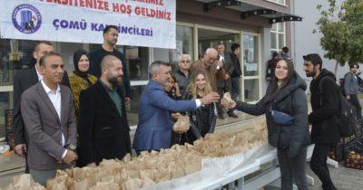 Öğrencilere elma dağıttılar