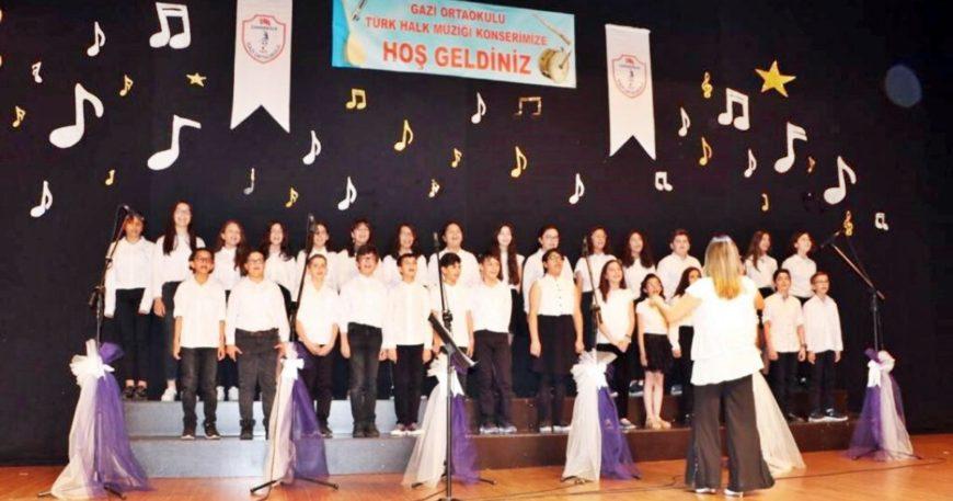 Yüzlerce öğrenciden türkü ziyafeti