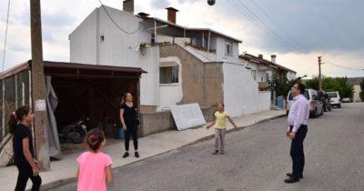 Çocuklarla yakan  top oynadılar