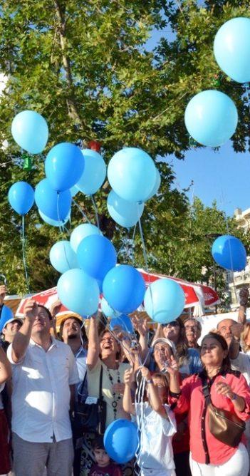 Çocuk istismarına karşı mavi balonlar gökyüzünde