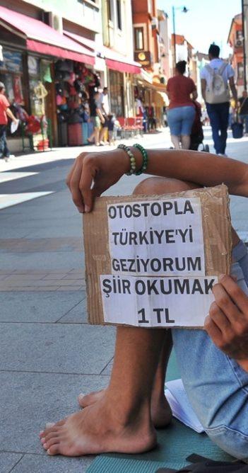 Genç şair otostopla Türkiye'yi geziyor