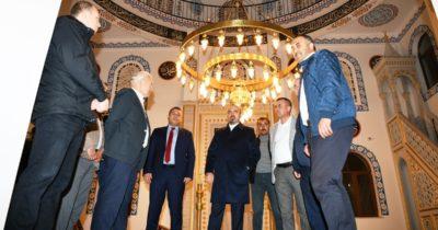 İbadete açılan camiyi gezdi