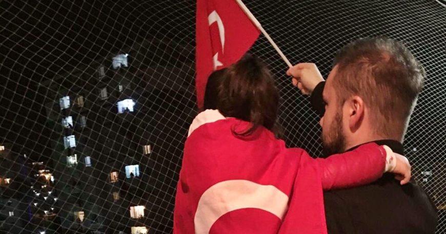 Balkonlarda İstiklal Marşı coşkusu! (VİDEO)
