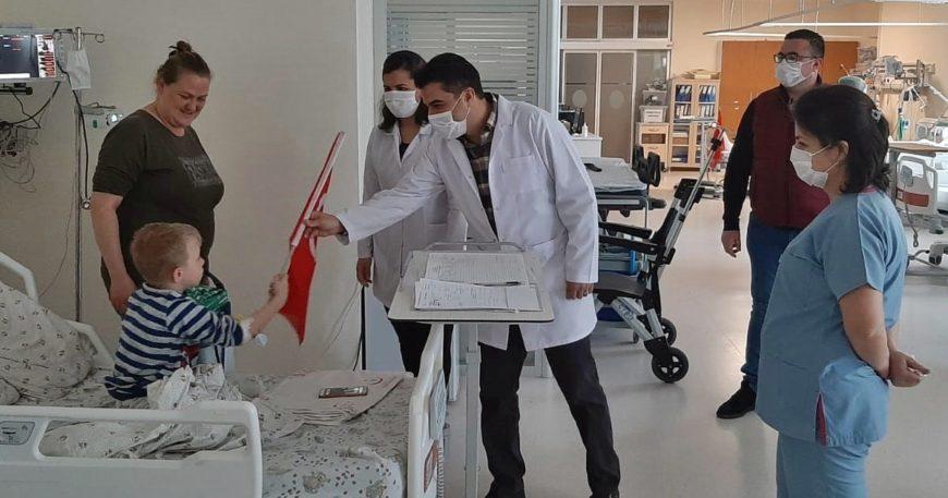 Hastanelerdeki çocukların 23 Nisan sevinci