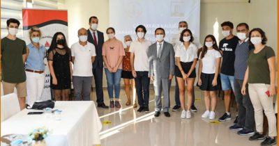 Başarılı öğrencileri Vali Aktaş ödüllendirdi