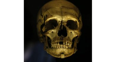 Sular çekilince kafatası ve kemikler ortaya çıktı