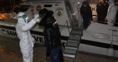 Lastik bot içinde sürüklenen 23 göçmen kurtarıldı