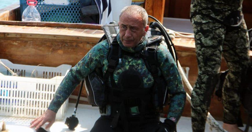 Başkan denize atladı, dip temizliği yaptı