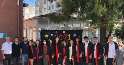 Kızlarının mezuniyet törenine katıldılar