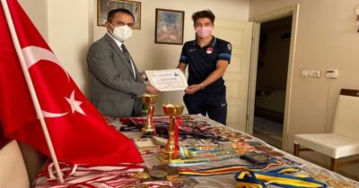 Vali İlhami Aktaş, milli sporcuyu evinde ziyaret etti