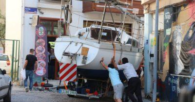 Dar sokaktan tekne geçirmeye çalıştılar