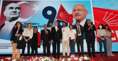 Rozetini Kılıçdaroğlu taktı