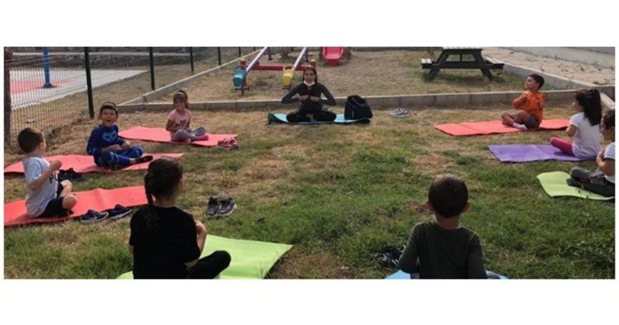 Çocuk yogası yaptılar