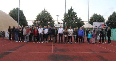 Kepez'de tenis rüzgarı