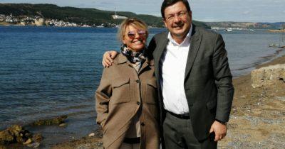 Eşiyle birlikte sahil keyfi yaptı